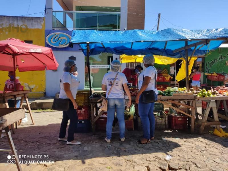 Equipe de vigilância sanitária orienta população durante feira em Amarante