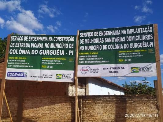 Empresa instala placas das obras de banheiros e estrada da Lagoa Cercada