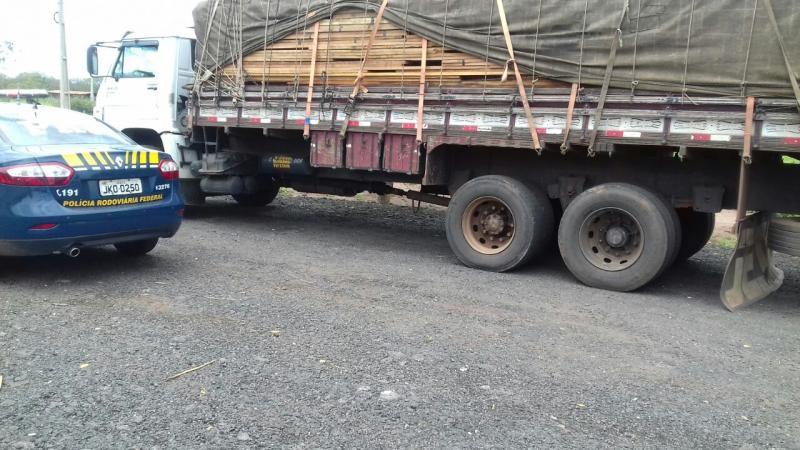 PRF apreende caminhão com 22 ton de madeira irregular no Piauí