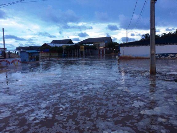 Mar avança e invade barracas em praias no litoral do Piauí