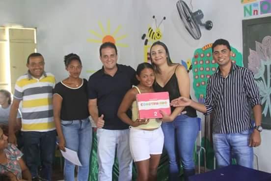 Prefeito Diego Teixeira faz entrega de kits escolares no assentamento Araras