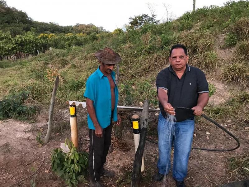 Prefeito Carlos Braga entregando poços aos moradores.