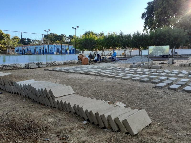 Material sendo confeccionado para a construção das praças nas comunidades.