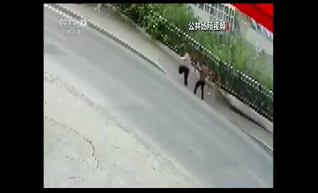 Cratera 'engole' pedestres que passavam em calçada; vídeo