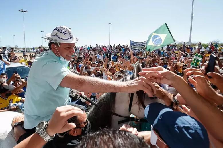 No PI, Bolsonaro monta cavalo, fica sem máscara e causa aglomeração