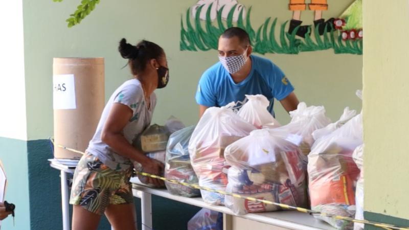 Educação realiza entrega de cestas básicas para alunos em Demerval Lobão