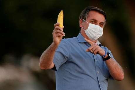 Sem acordo com Oxford, Bolsonaro ironiza vacina chinesa contra Covid-19