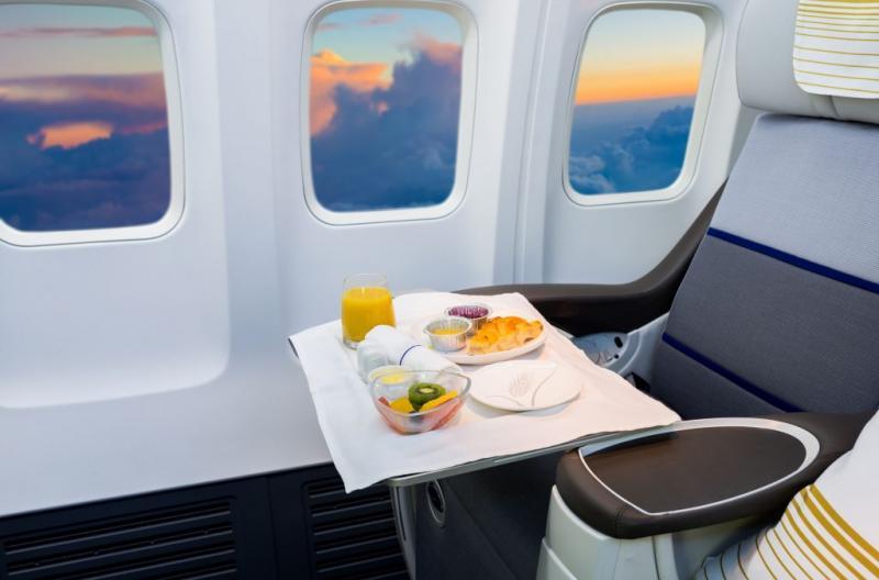 Saiba quais comidas e bebidas não devem ser consumidas em avião