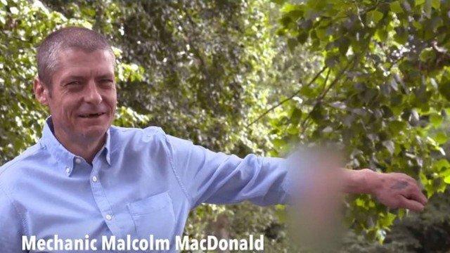 Malcolm MacDonald exibe o 'pênis' desenvolvido no antebraço esquerdo Foto: Reprodução/The Sun