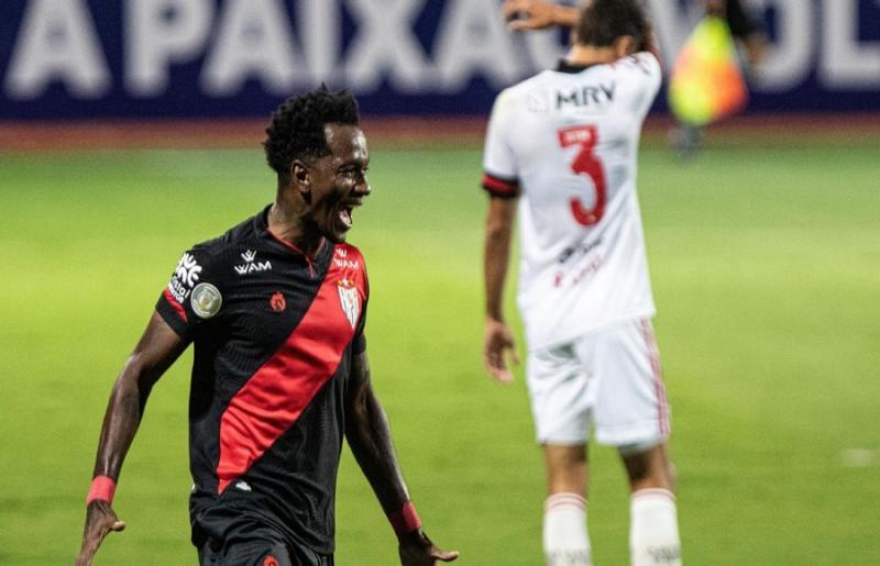 Hyuri comemora gol do Atlético-GO Foto: Gazeta Press