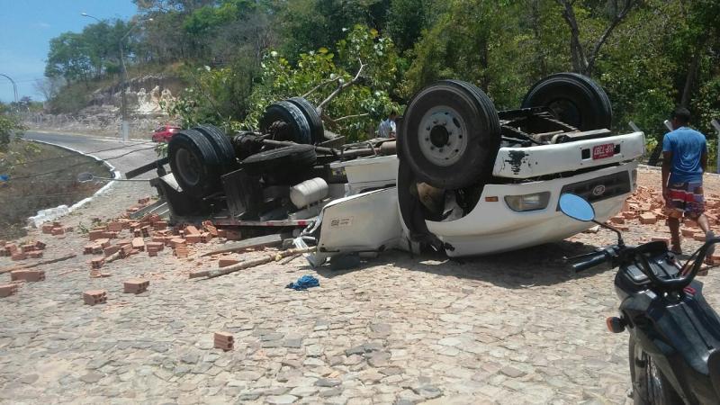 Caminhão perde controle e capota na cidade de Nossa senhora dos remédios
