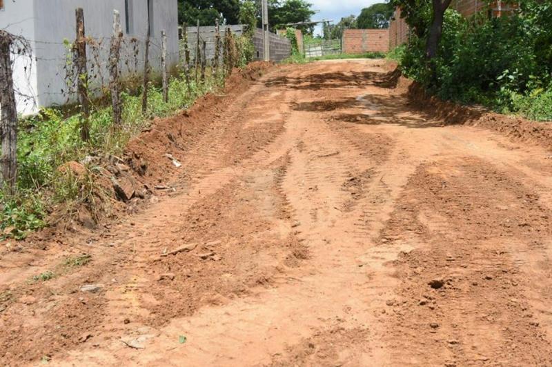 Bairro Cajueiro II recebe serviços de correção de solo