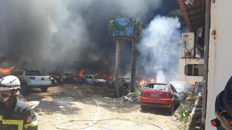 Vídeos: incêndio destrói 30 veículos no 2º DP de Timon