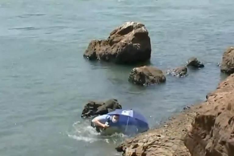 Repórter da Globo cai em rio durante entrada ao vivo em telejornal