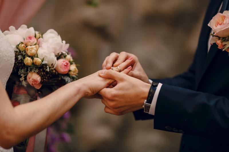 Mãe paga quase R$ 79 mil em casamento da filha e engravida do genro