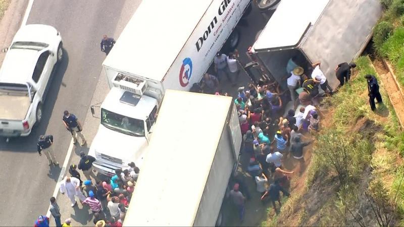 Caminhão carregado de carnes é saqueado após tombar em rodovia