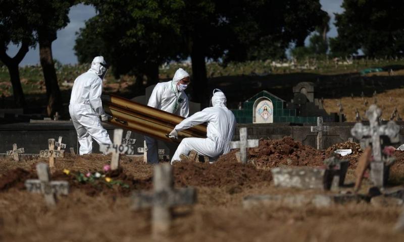Família desenterra vítima da covid após troca de corpos no Piauí