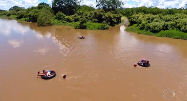 Crianças atravessando rio em boia para chegar à escola no PI é destaque no Fantástico