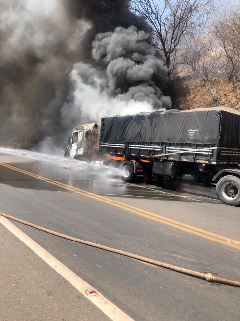 Bombeiros combatem incêndio em carreta na BR 316 em Picos