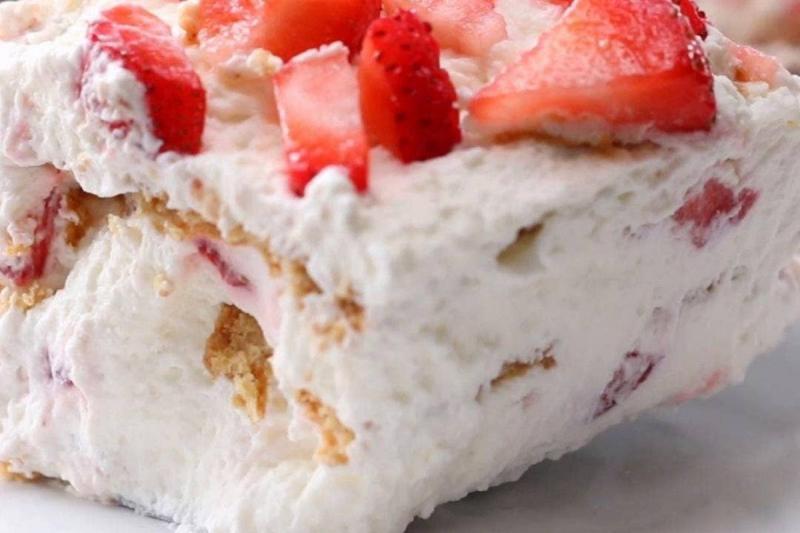 Bolo gelado de morango com apenas 3 ingredientes