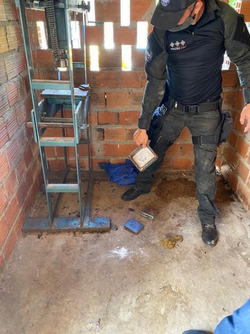Homem é preso com cocaína escondida em canil