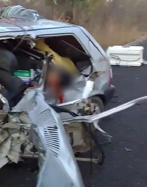 Colisão entre carro e carreta deixa três mortos no Piauí