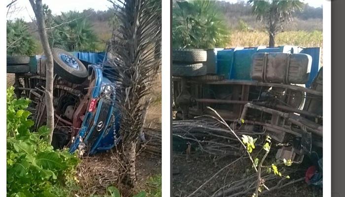 Caminhão capota após colisão frontal com micro-ônibus