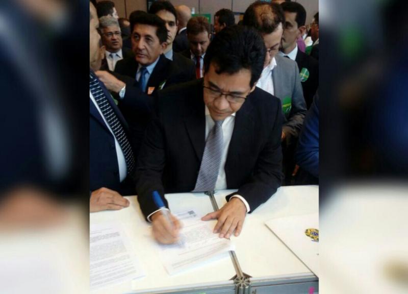 Prefeito Aurélio Sá assina convenio do programa Internet para Todos em Brasília