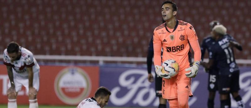 Desolação de um lado, festa do outro. O Independiente del Valle aplicou 5 a 0 no Flamengo Foto: FRANKLIN JACOME / Pool via REUTERS