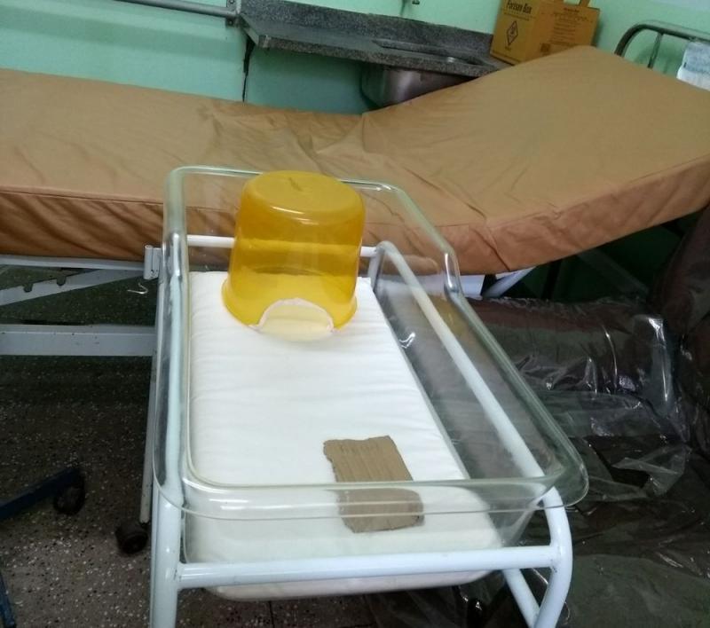 Recém-nascido morre após ficar em incubadora improvisada com balde
