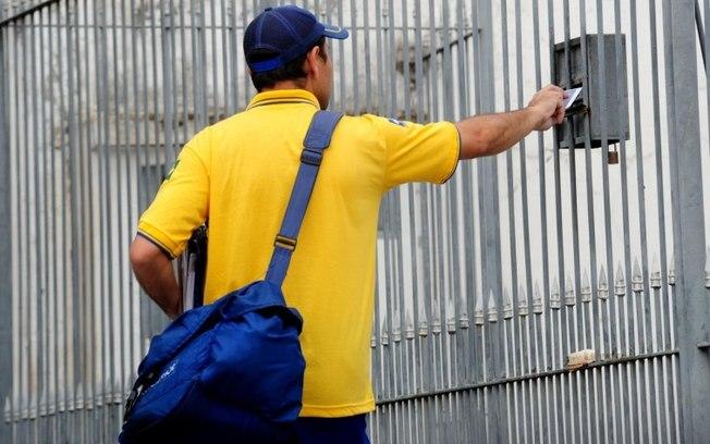 O Tribunal Superior do Trabalho (TST) aprovou um reajuste de 2,6% para os funcionários dos Correios e ordenou que os trabalhadores retomem as atividades a partir desta terça-feira