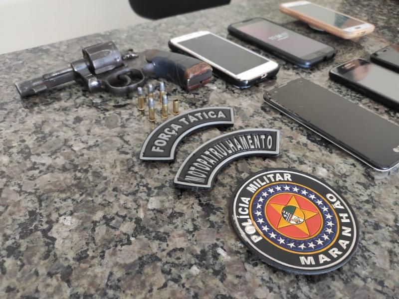 Vídeos: Operação Tornado prende dupla com arma municiada e 6 celulares roubados