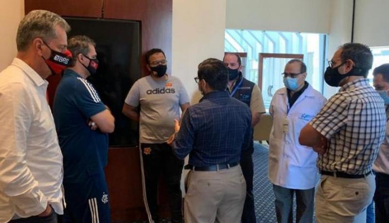 Dirigentes do Flamengo com autoridades em Guayaquil — Foto: Reprodução/ Jornal Expreso, do Equador