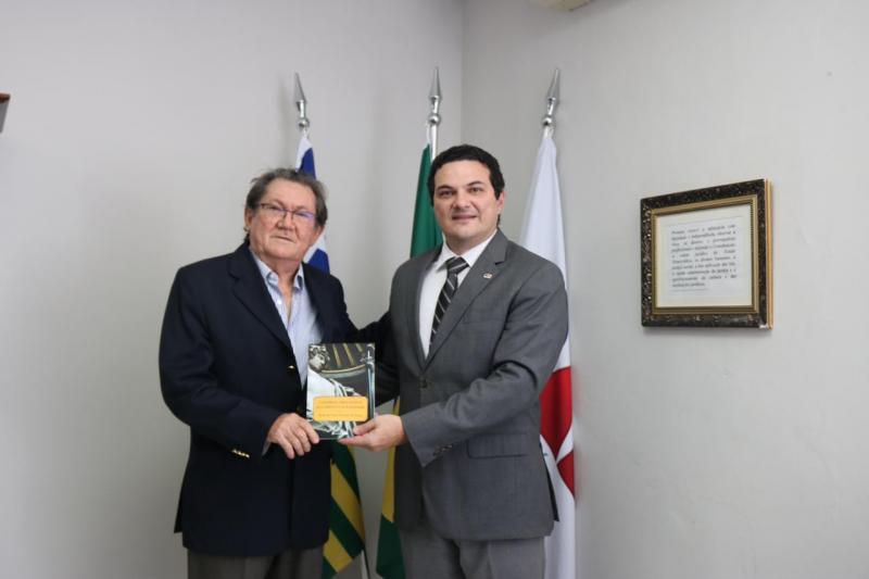 Em visita à OAB-PI, Advogado Paulo de Tarso apresenta sua nova obra