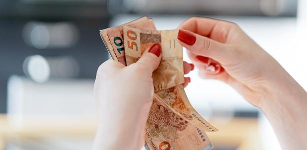 Mulher recebe salário do marido por cuidar da casa e dos filhos
