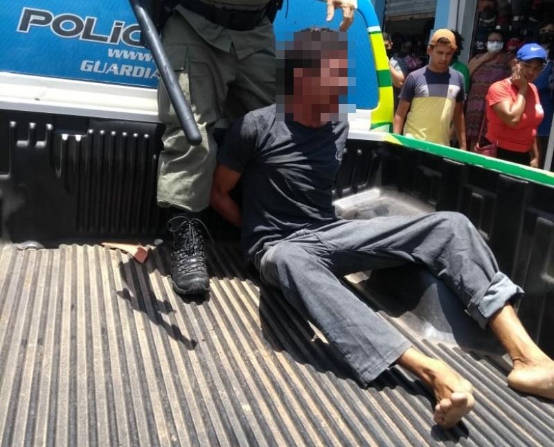PMs usam a força para conter suspeito que reagiu à prisão e causam revolta
