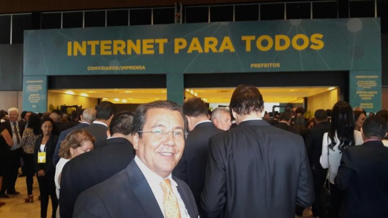Prefeito Jonas Moura assina convênio para implantação do Internet Para Todos em Água Branca