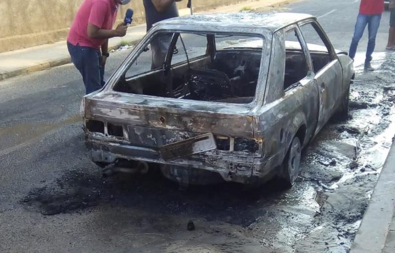 Homem põe fogo no próprio carro depois de discutir com o pai em Teresina