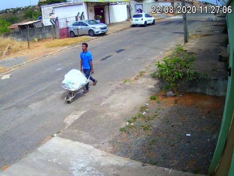 Jovem filmado carregando corpo do amigo em carro de mão é preso em Timon