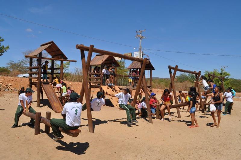 Prefeito de Avelino Lopes inaugura parque infantil
