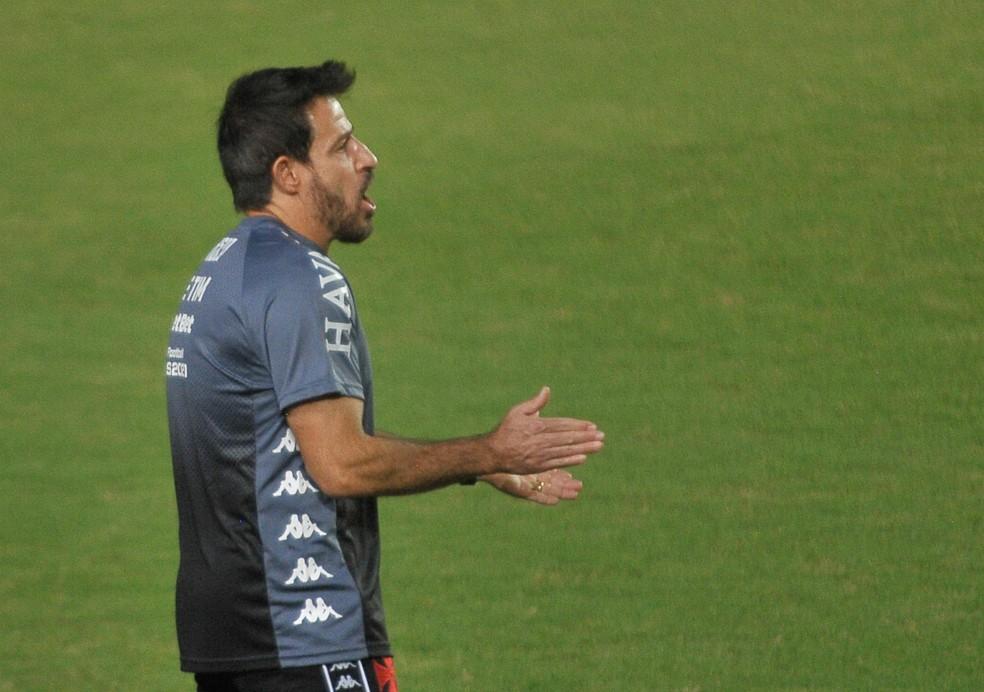 Ramon Menezes orienta jogadores do Vasco em derrota para o Bahia — Foto: AGÊNCIA DE FOTOGRAFIA/ESTADÃO CONTEÚDO