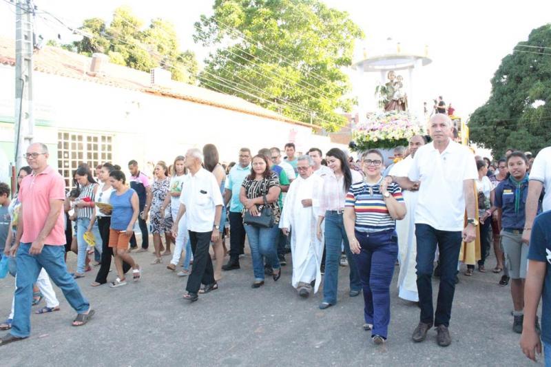 Procissão reúne milhares de pessoas em Altos; prefeita anuncia reforma da Praça da Matriz