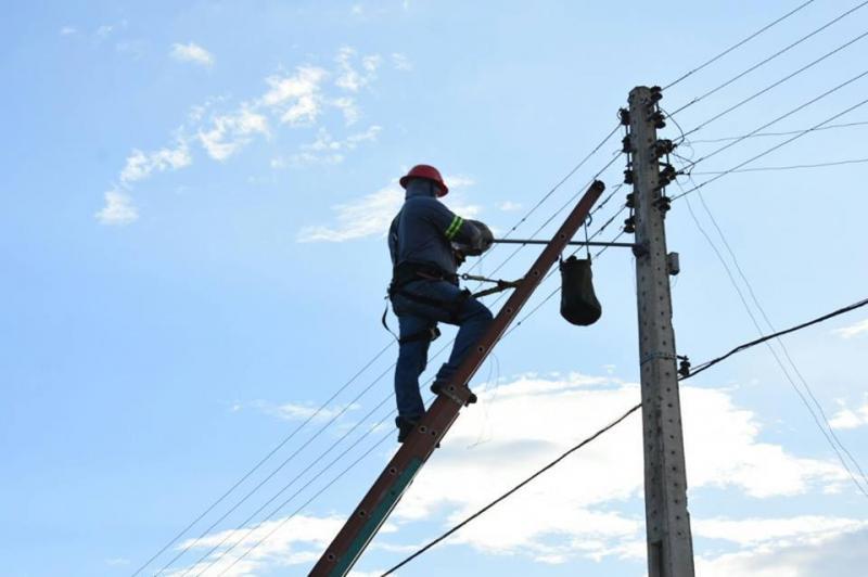 Serviços de reparo da iluminação pública avançam em Floriano