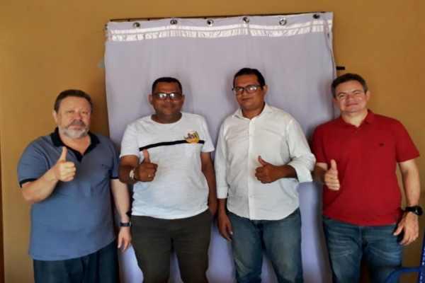 Da esquerda para a direita: Chico Leitoa, Dr. Maurício, Pastor Freitas e Rafael Leitoa ;Novos apoios a Dinair Veloso