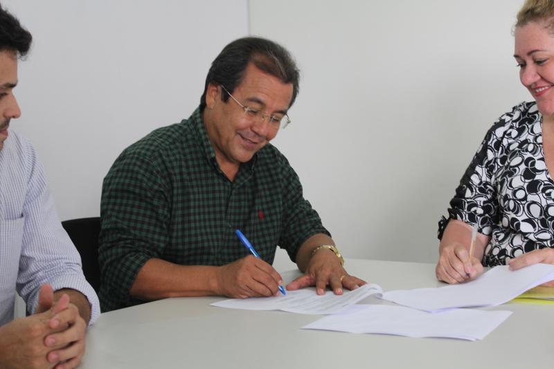 Prefeito de Água Branca assina ordem de serviço para pavimentação de ruas
