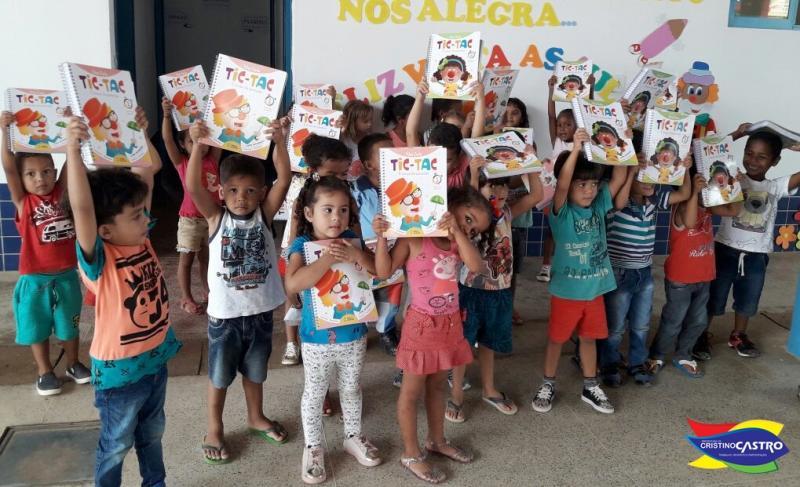 Prefeitura de Cristino Castro entrega livros infantil