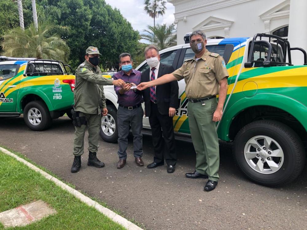 Prefeito Genival Bezerra (PT) recebendo a nova viatura.