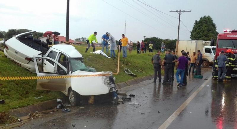 Batida com caminhão parte táxi ao meio e deixa três mortos