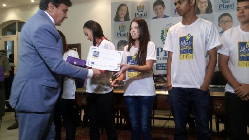 Natália recebe das mãos do governador Wellington Dias a premiação
