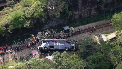 Um ônibus em situação irregular despenca de um viaduto em Minas Gerais e deixa 17 mortos e mais de 20 feridos.